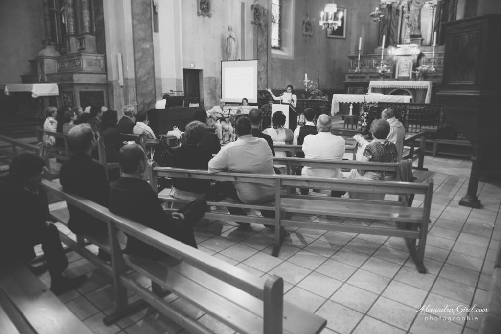 Disposition des bancs mariage intime à l'église