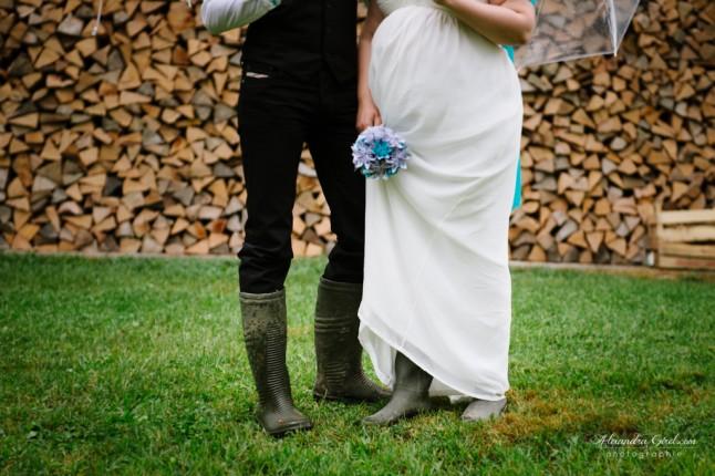 jeunes mariés sous la pluie