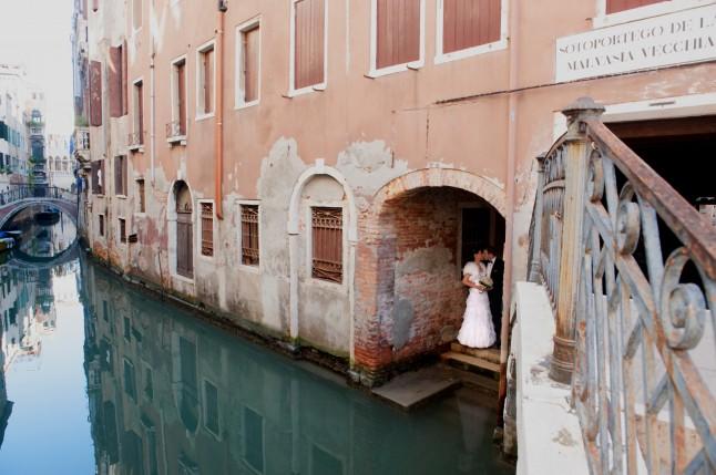 Photo inspiration James Bond jeunes mariés à Venise