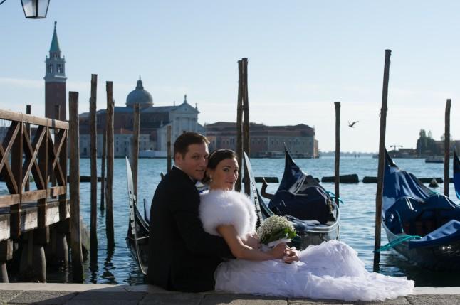 Couple de jeunes mariés à Venise devant la lagune