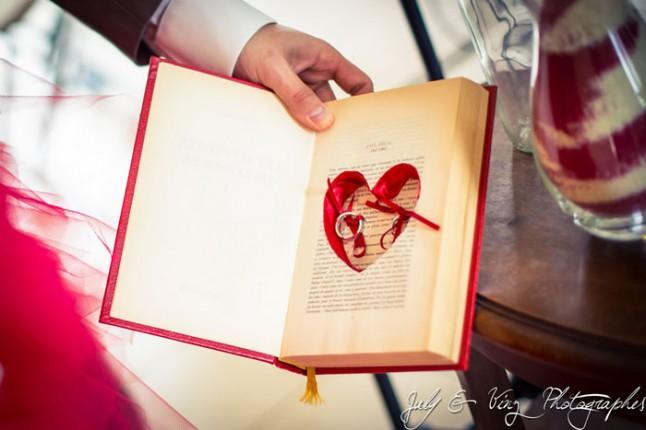 mariage en rouge porte-alliances livre coeur