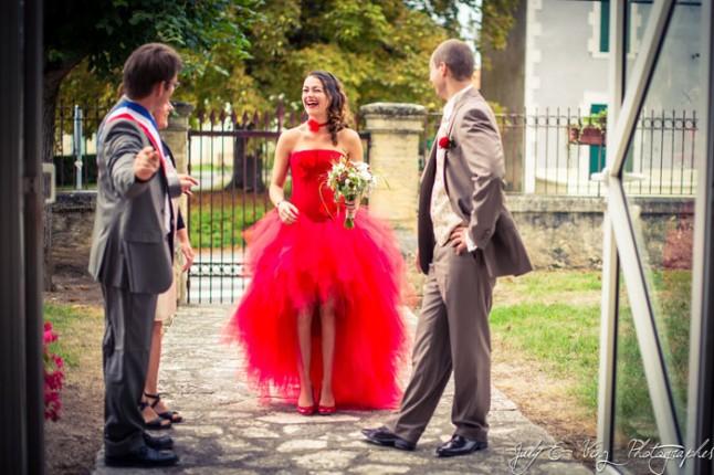 mariage en rouge entrée à la mairie