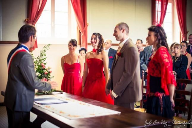 mariage en rouge cérémonie à la mairie