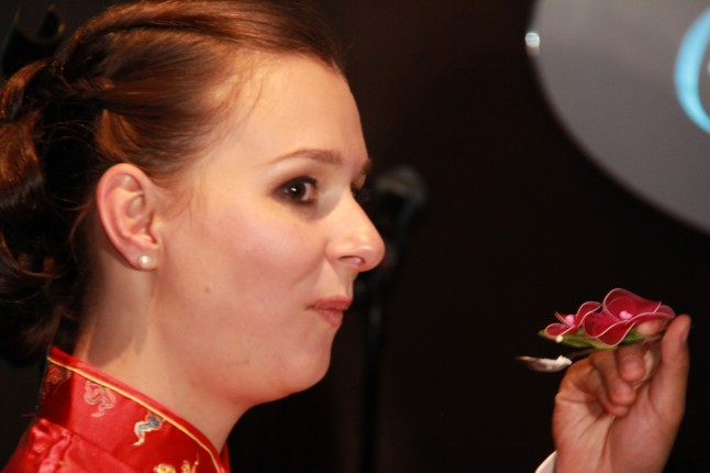 Mariée mangeant un gâteau chinois traditionnel