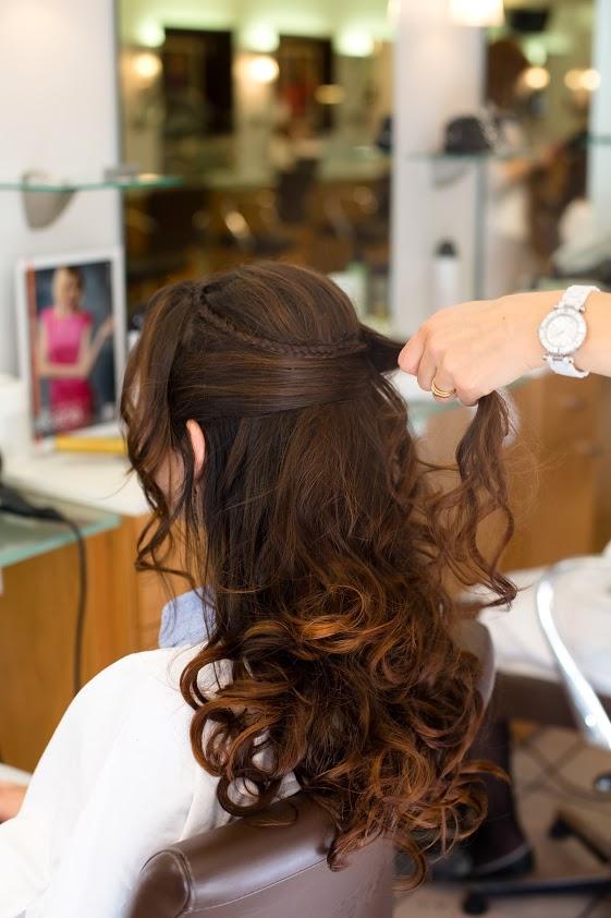 Coiffure de mariée cheveux semi-lâchés bouclés