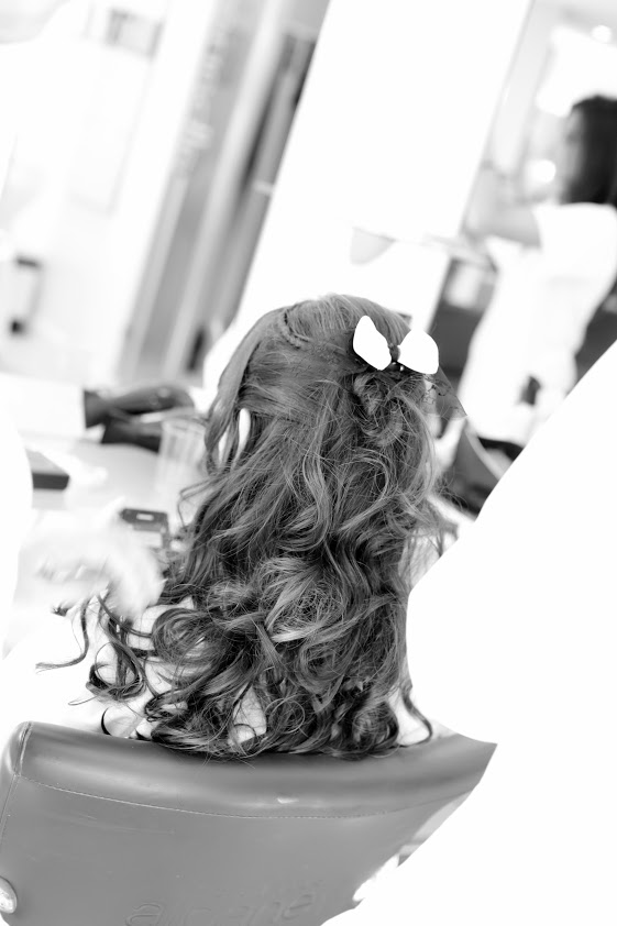 Coiffure de mariée cheveux semi-lâchés bouclés avec noeud