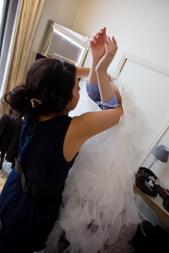 La future mariée plonge dans sa robe