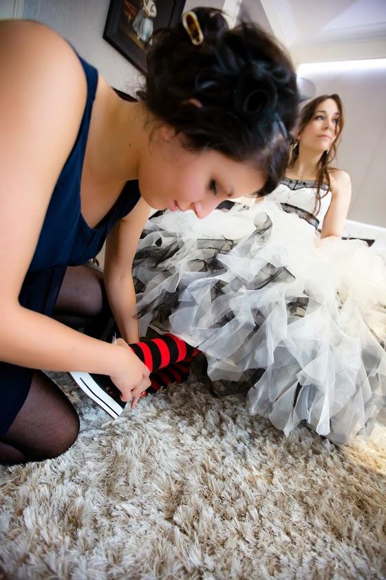 la témoin aide la mariée à enfiler ses chaussures