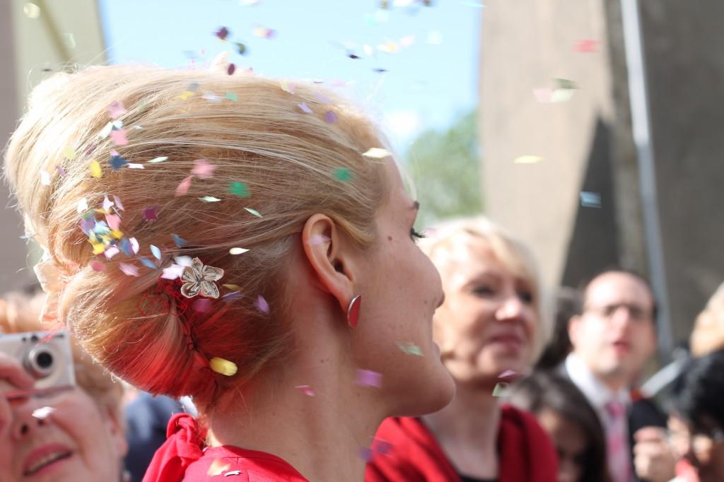 Mariée sous la pluie de confettis