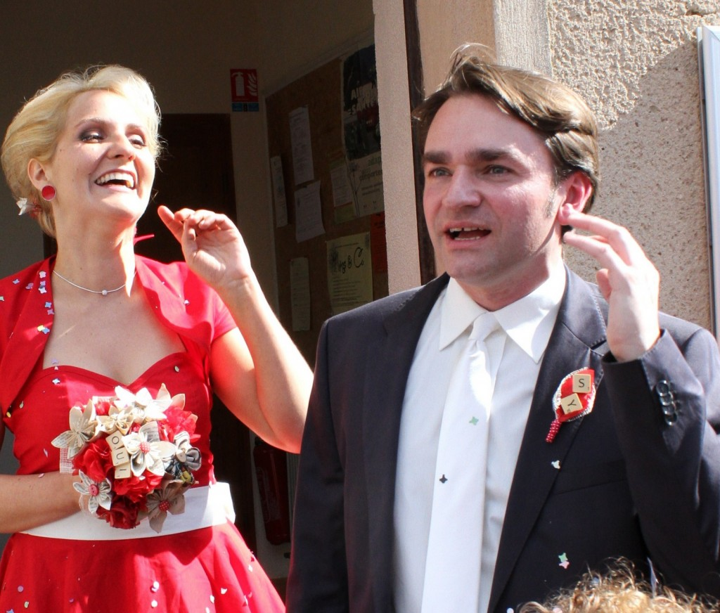 Sortie des mariés sous les confettis