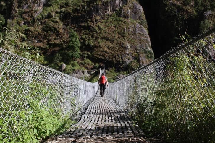 voyage de noce au Népal pont suspendu