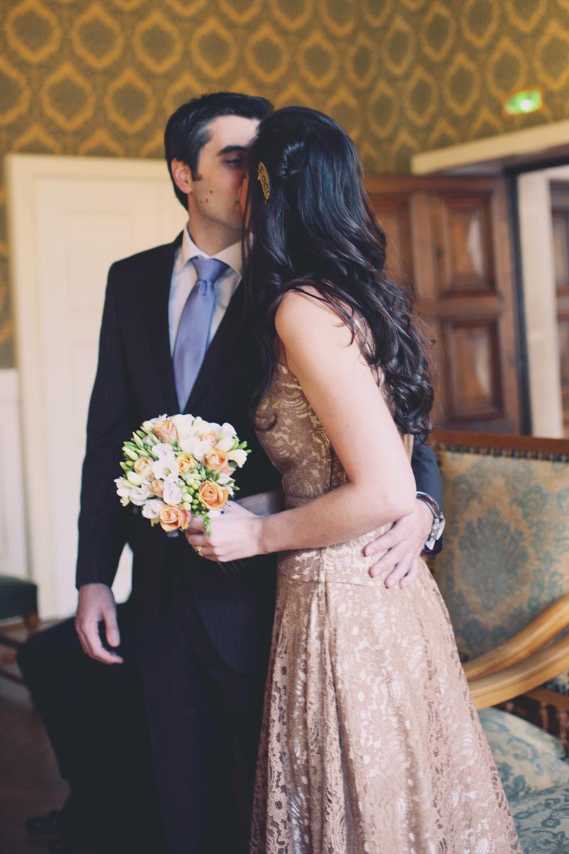 mariage à la mairie bisou des mariés