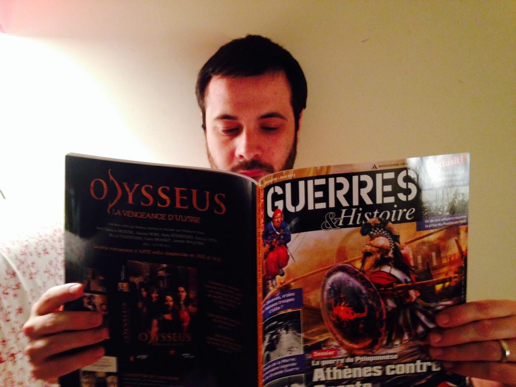 futur marié lisant un magazine