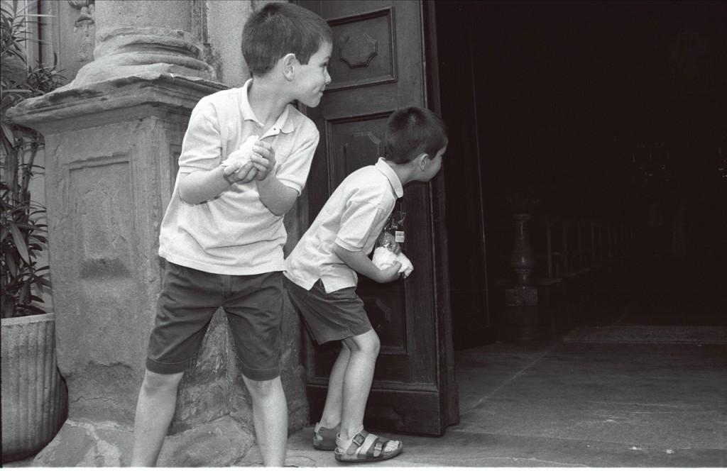 enfants attendant les mariés à la sortie de l'église