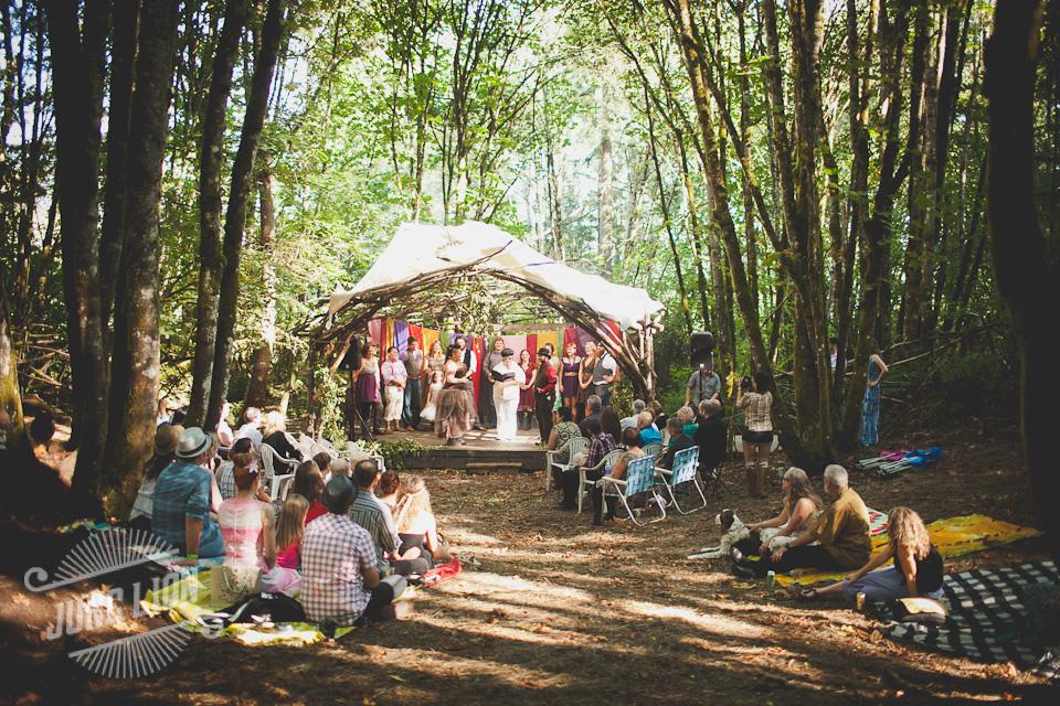 mariage coloré convivial dans la forêt
