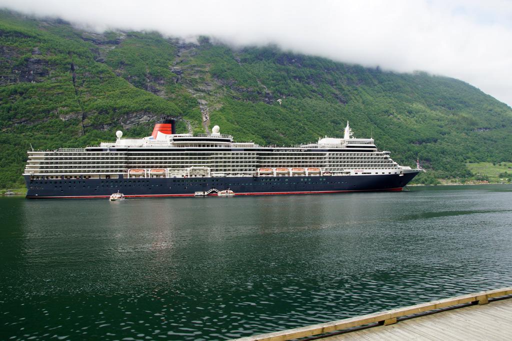 bateau de croisière Queen Elizabeth sur le fjord Geiranger