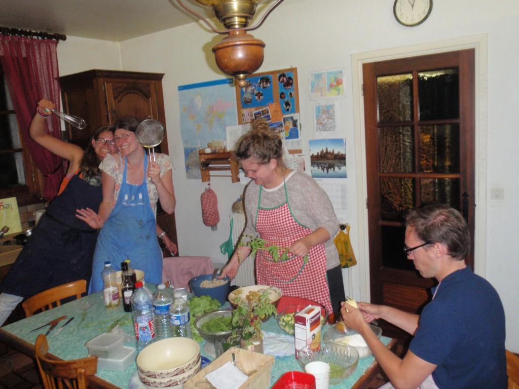 préparation de salades pour les invités