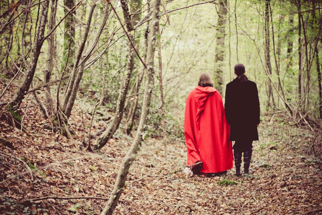 photo de couple thème fantasy dans la forêt automne