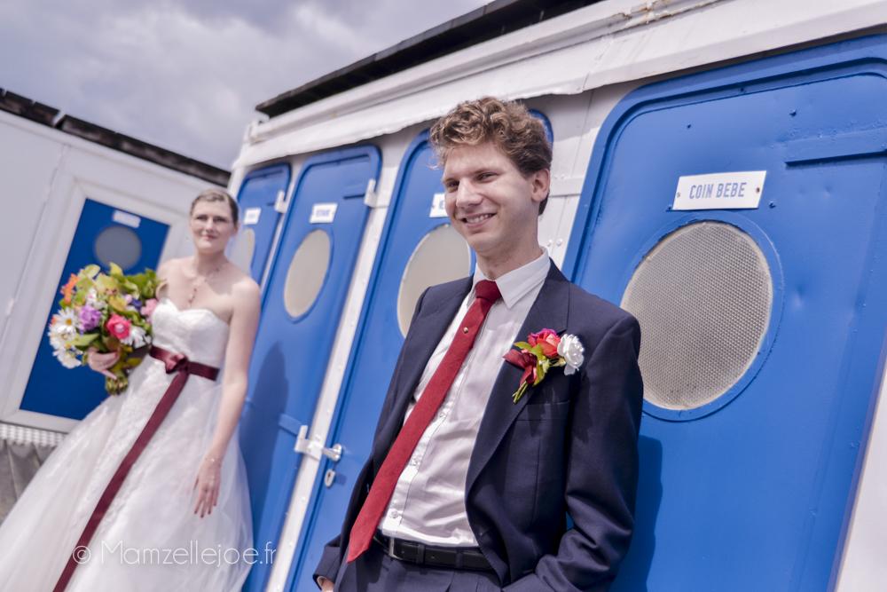 la tenue du marié et sa boutonnière faite maison