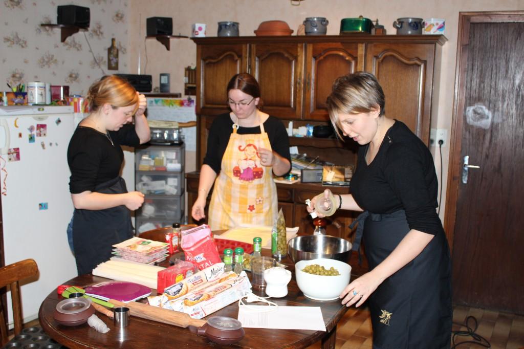 Amies en cuisine pour préparer vin d'honneur maison
