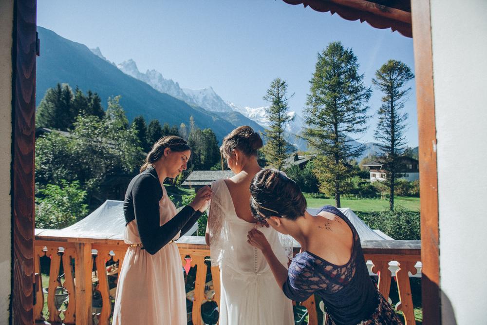 enfilage de la robe de mariée