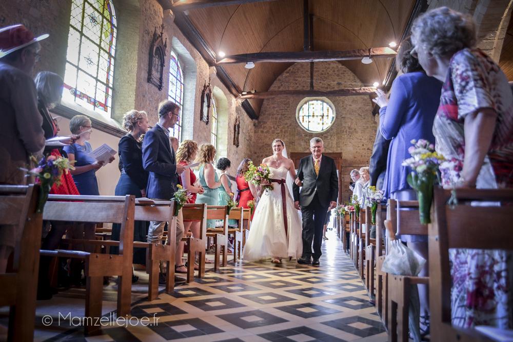 la mariée remonte l'allée au bras de son père