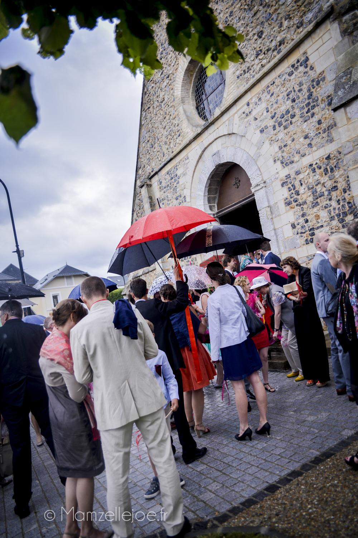 sortie d'église sous la pluie