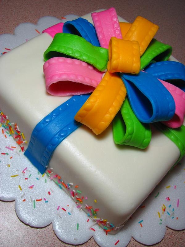 Gâteau multicolore en forme de cadeau