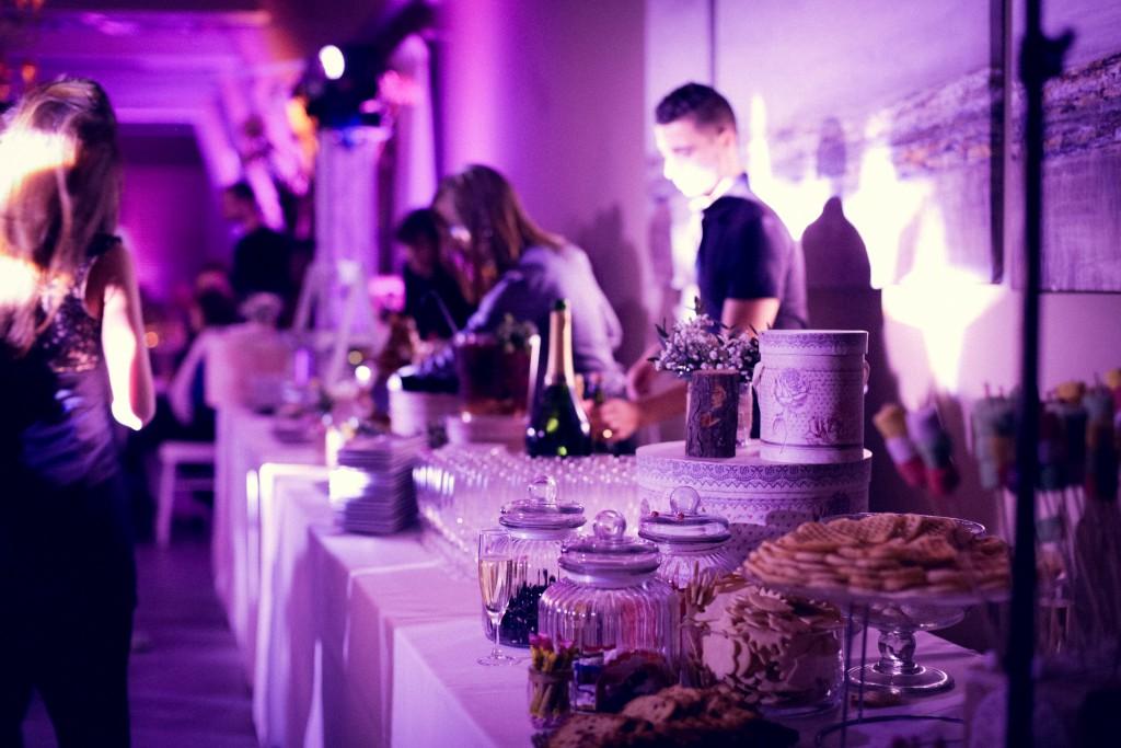 Bar à champagne et candy-bar pendant le bal du mariage