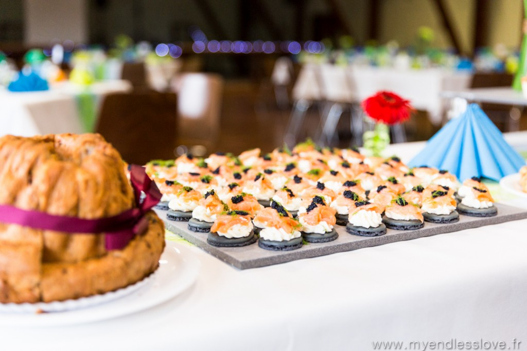 Repas de mariage : buffet d'entrée avec macaron au saumon // Photo : My Endless Love Photography