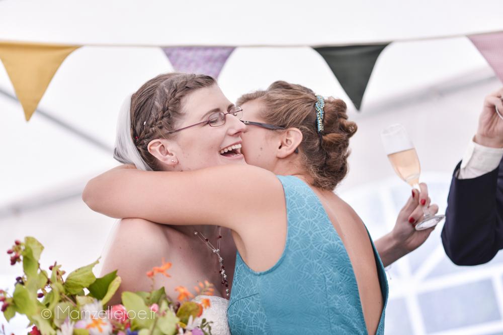 L'étreinte entre la mariée et sa soeur / Photo : Mamzelle Joe