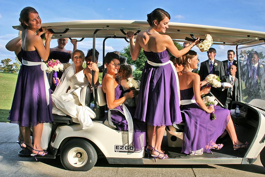 Arrivée des demoiselles d'honneur et de la mariée en petite voiturette