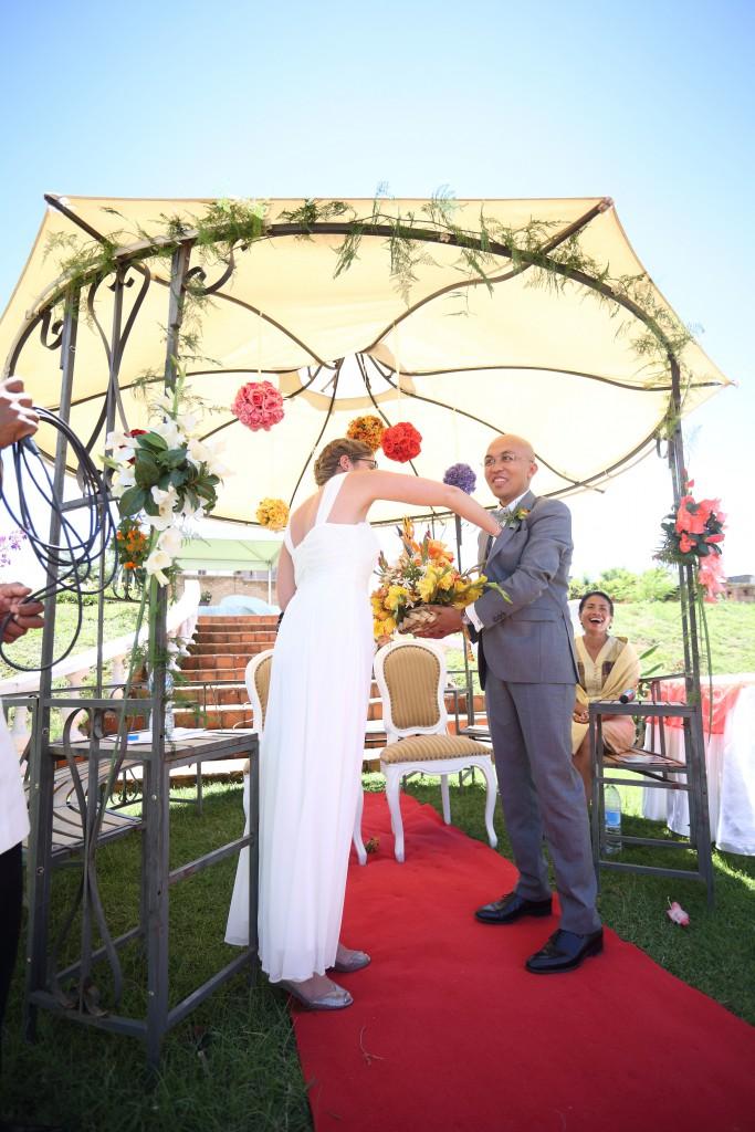la mariée doit trouver sa bague caché par le marié