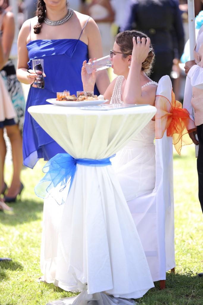 la mariée se restaure au vin d'honneur