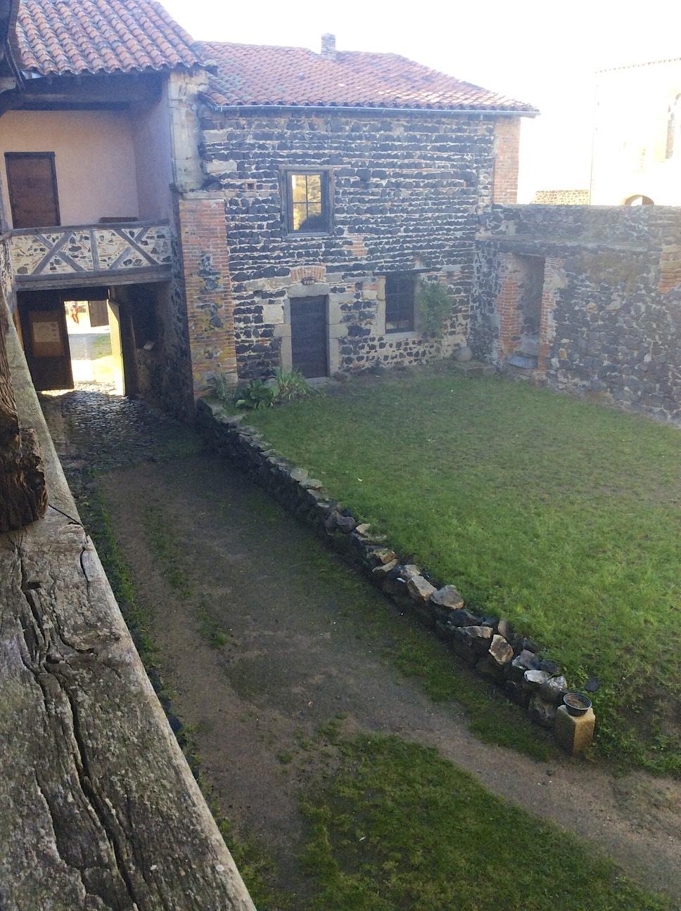 Prieuré de Montverdun - Cour intérieure vue gauche