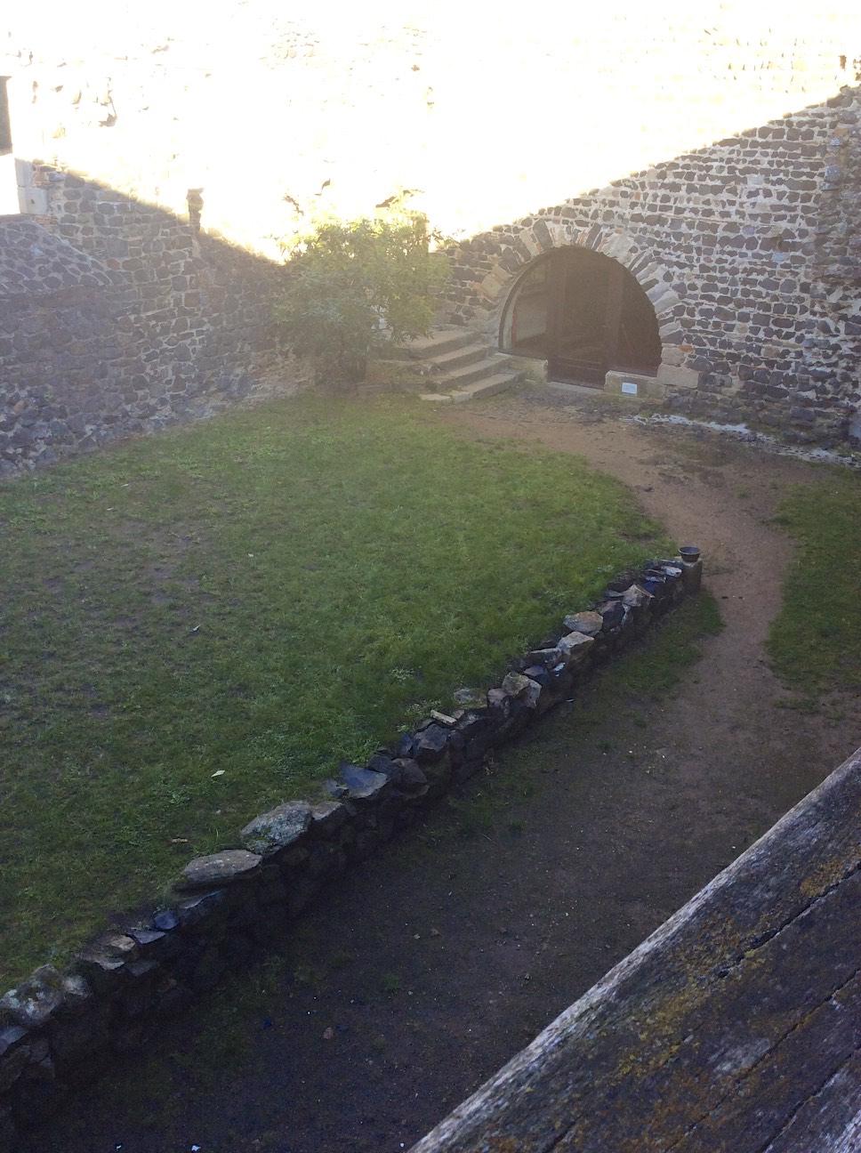 Prieuré de Montverdun - Cour intérieure vue droite