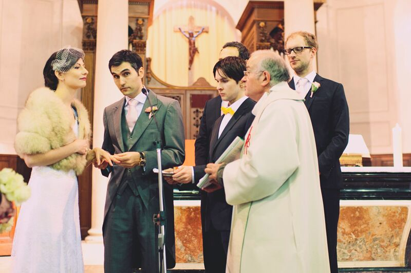 L'échange des alliances à l'église // Photo : Joyeuse Photography