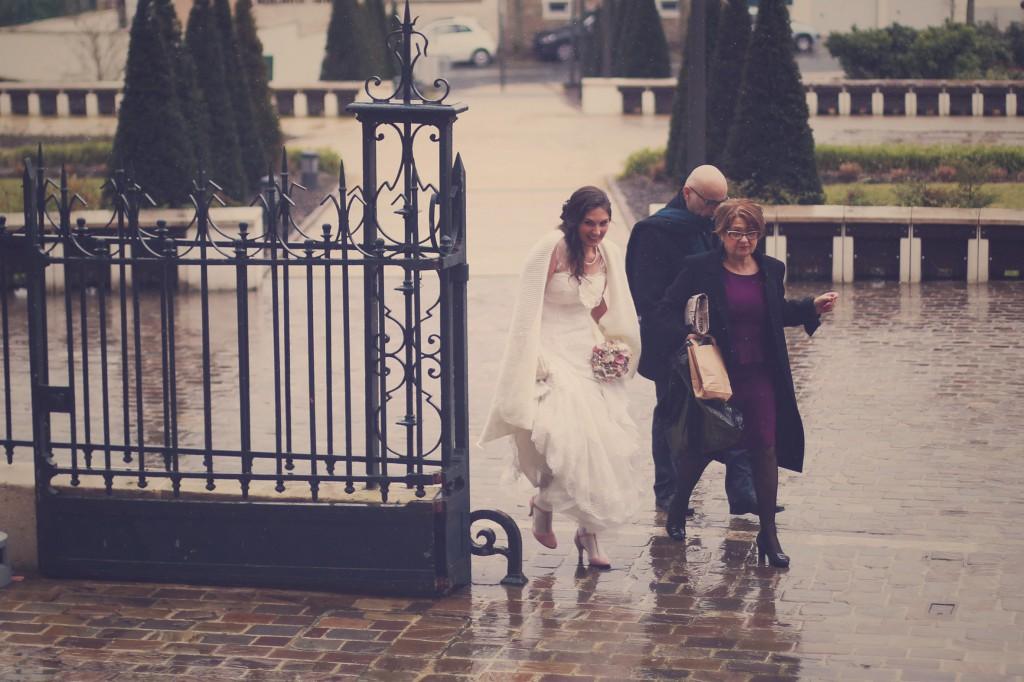 L'arrivée de la mariée sous la pluie // Mon mariage en hiver et en origami : notre cérémonie civile entre rires et émotions