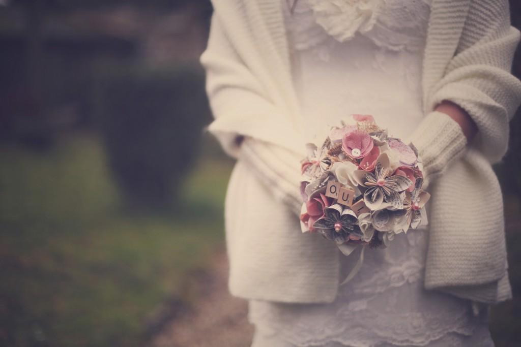 """Bouquet de fleurs, rose et blanc, en origami avec """"Oui"""" en lettres de Scrabble // Photo : BabouchKAtelier"""