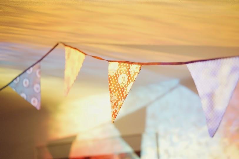 Mon mariage civil parisien en petit comité : la soirée, la décoration avec des fanions colorés