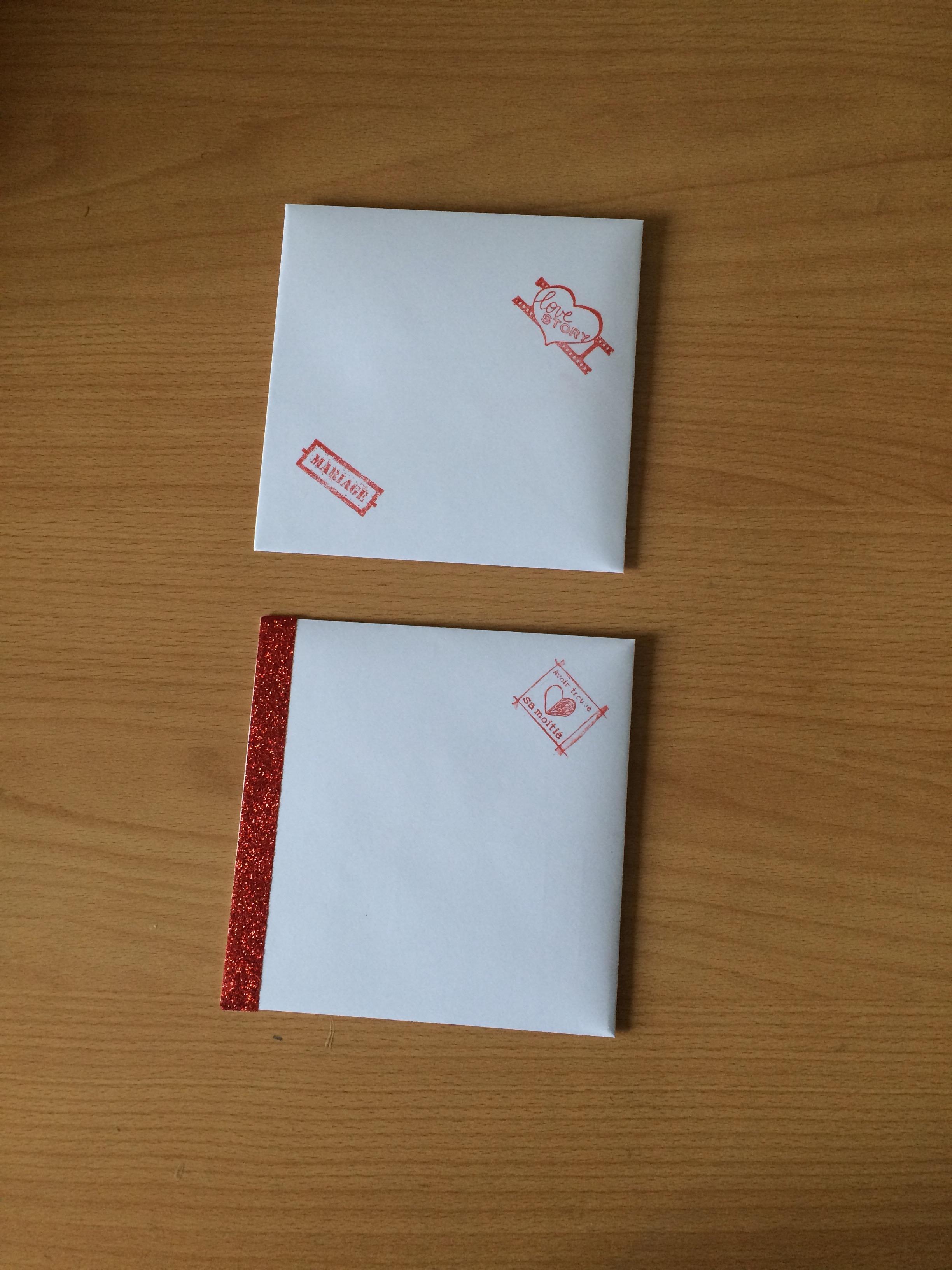 La papeterie de mon mariage : les enveloppes en rouge et blanc avec tampon et masking tape glitter