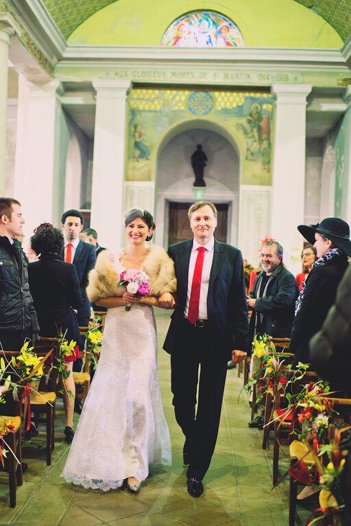 Arrivée de la mariée au bras de son Papa dans l'église // Photo : Joyeuse Photography