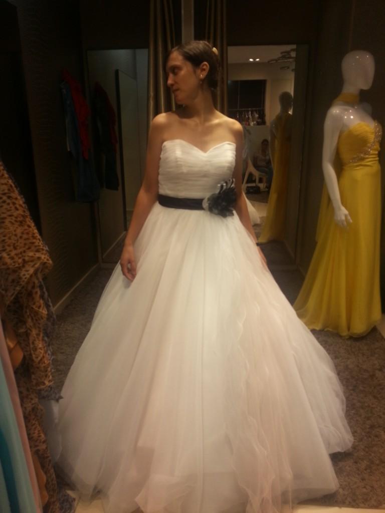 robe de mariée à ceinture noire avec fleur