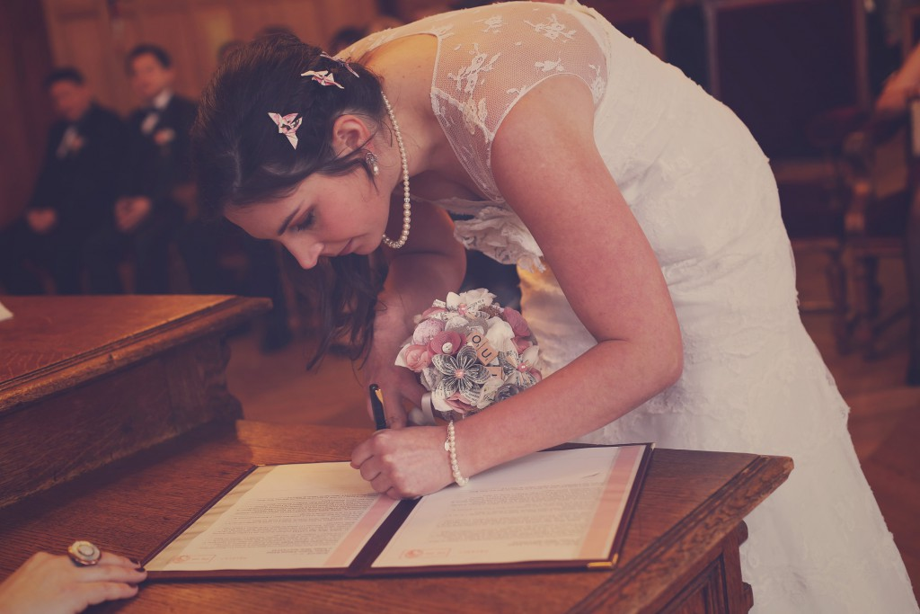 La signature du registre // Mon mariage en hiver et en origami : notre cérémonie civile entre rires et émotions