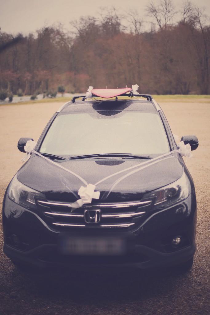 La voiture des mariés, avec le surf sur le toit / photo : BabouchKAtelier