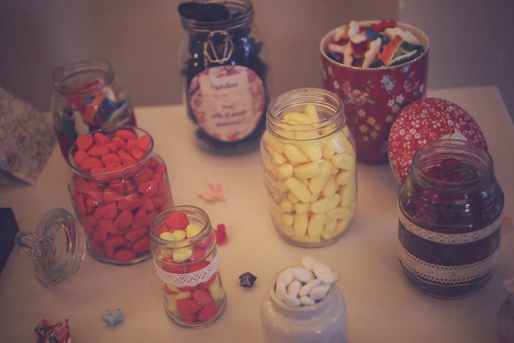 Candy-br avec des pots décorés en dentelle // Photo : BabouchKAtelier