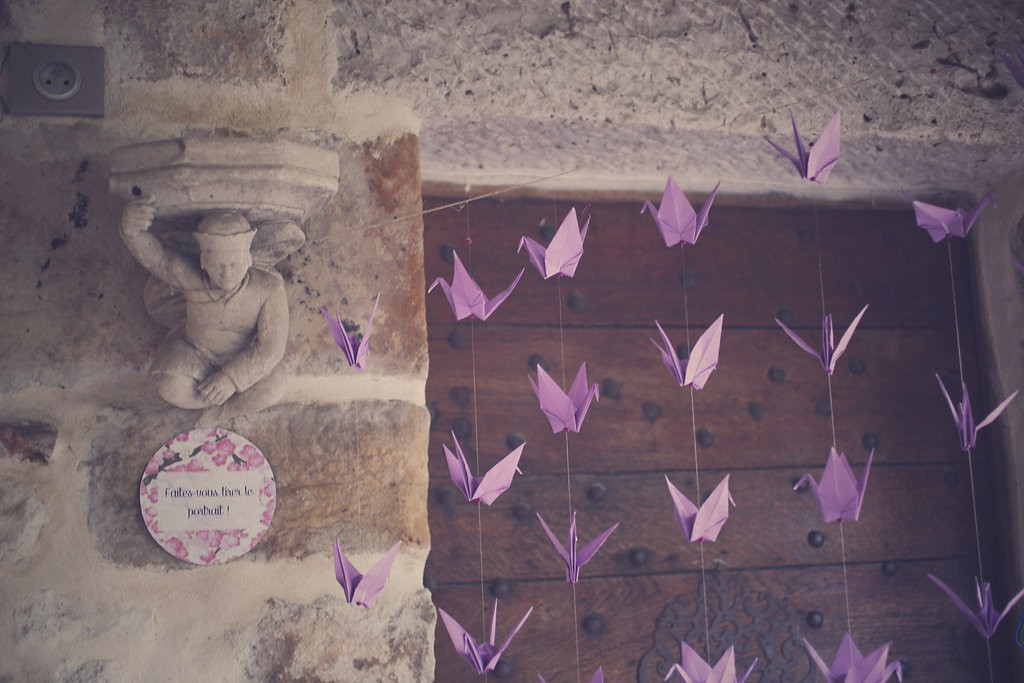 Décoration du photobooth avec des grues en origami // Photo : BabouchKAtelier
