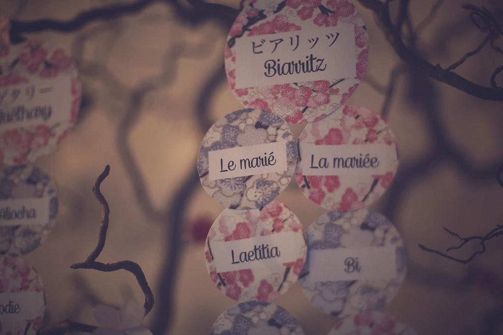 Le plan de table, eavec des motifs de fleurs de cerisiers // Photo : Babouchkatelier