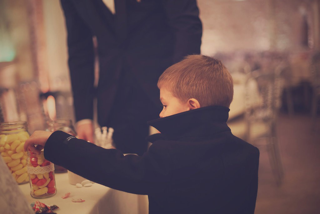 Enfant piochant dans le candy-bar // Photo : BabouchKAtelier