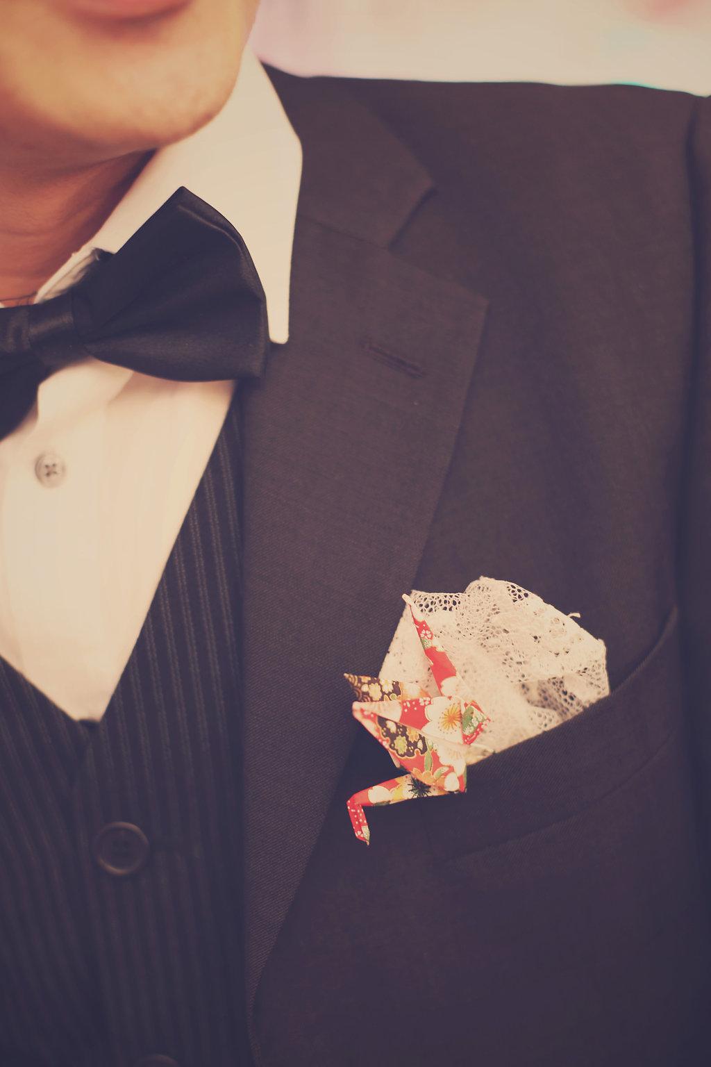 boutonnière grue en origami avec un peu de dentelle